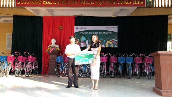 Hyundai Thái Nguyên tặng xe đạp cho HS nghèo vượt khó