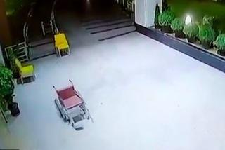 Xe lăn 'ma quái' tự chạy khắp bệnh viện