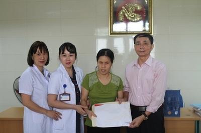 Trao hơn 155 triệu đồng đến bé Phạm Hữu Hùng bị ung thư võng mạc