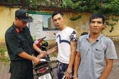 Đi xe gian còn mang ma túy đá, 2 người đàn ông bị 141 bắt giữ