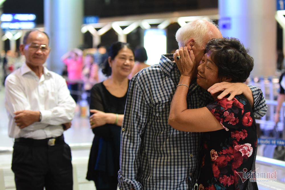 Nụ hôn chia tay người tình Việt 50 năm của cựu binh Mỹ trước khi lên máy bay