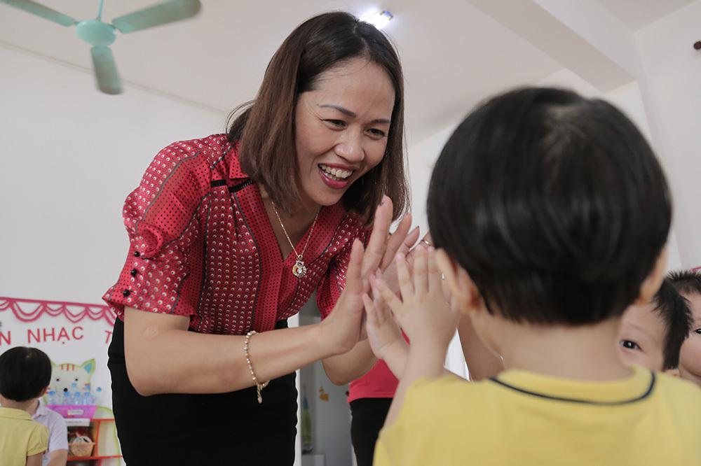 Những màn chào hỏi yêu thương của cô trò ở các trường học