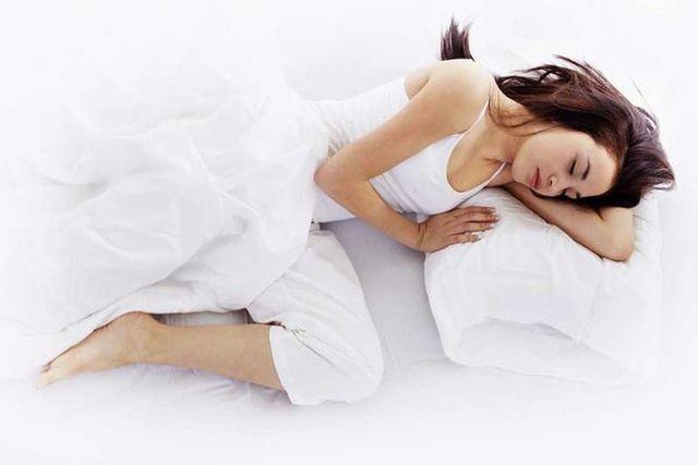 7 thói quen mọi người thường làm khi ngủ khiến cơ thể nhanh lão hóa và giảm tuổi thọ