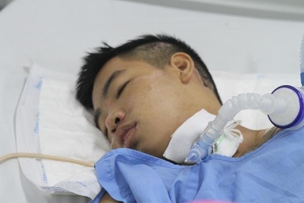Xót thương cảnh mẹ khóc nghẹn xin cứu con trai 16 tuổi bị tai nạn không có bảo hiểm