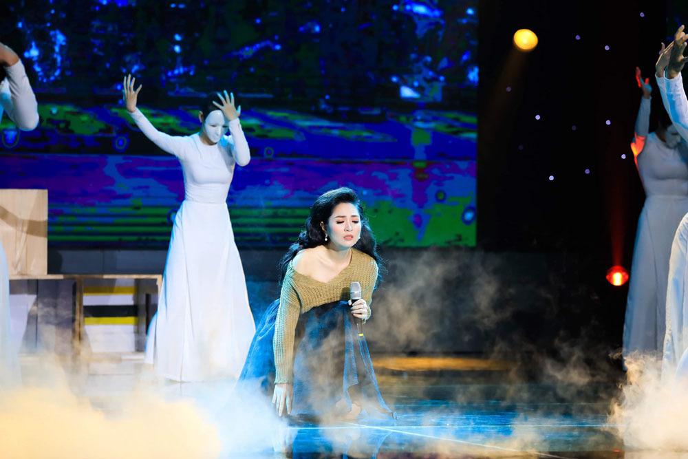 Quán quân Người kể chuyện tình 2019 bật khóc trên sân khấu vì nhớ mẹ