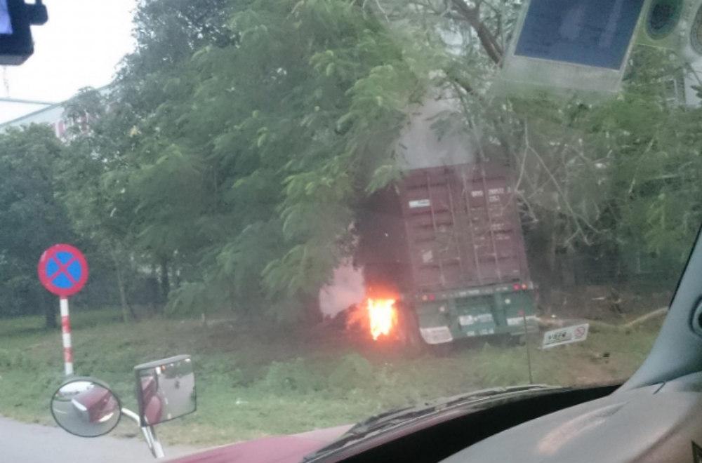 Tài xế chết cháy trong cabin xe container ở Hải Dương