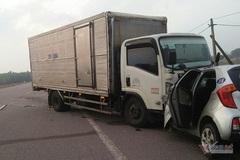 Xe tải đấu đầu taxi, tài xế cùng hành khách tử vong tại chỗ ở Hà Tĩnh