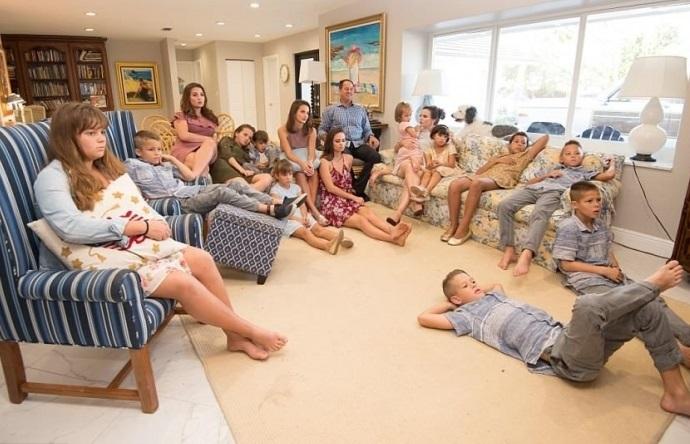 Bà mẹ 16 con mỗi tối vẫn đến từng giường chúc ngủ ngon