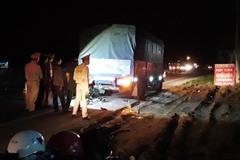Xe máy tông xe tải đậu bên đường, hai mẹ con chết thảm