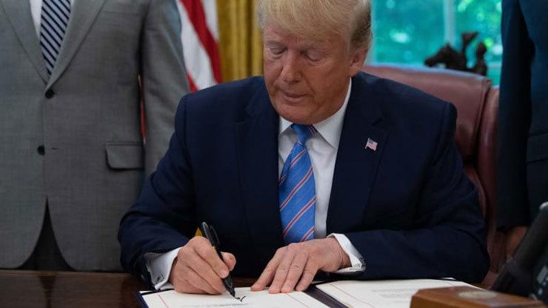 Ông Trump ký dự luật chi tiêu tạm, ngăn chính phủ đóng cửa