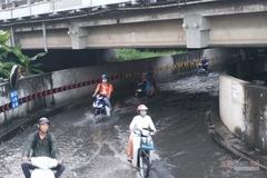 Hầm chui ngập nửa mét, nước lênh láng cản lối về của người Sài Gòn