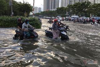 Triều cường chưa chạm đỉnh, người Sài Gòn đã bì bõm tìm đường về nhà