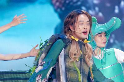 Dương Khắc Linh giả gái trên sân khấu The Voice Kids