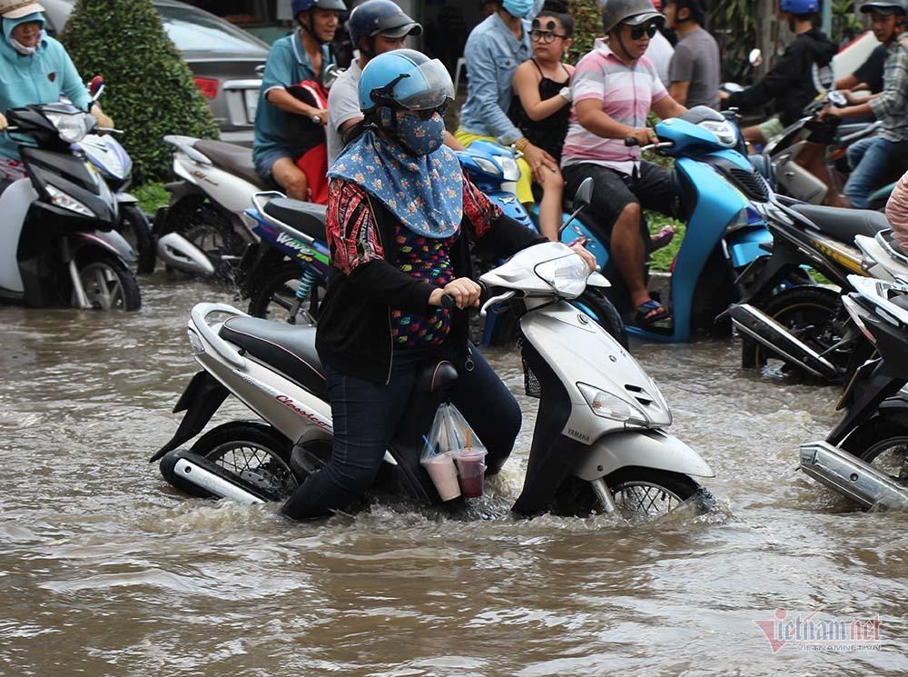 Cả dòng người cưỡi xe máy vượt biển nước Cần Thơ