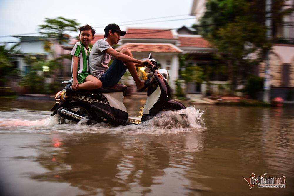 Ô tô tạo sóng, tóe nước kín người đi xe máy ở đỉnh triều cường Sài Gòn