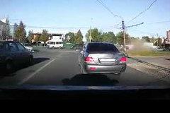 Tăng tốc, cố vượt đèn đỏ, ô tô đâm sập cột điện