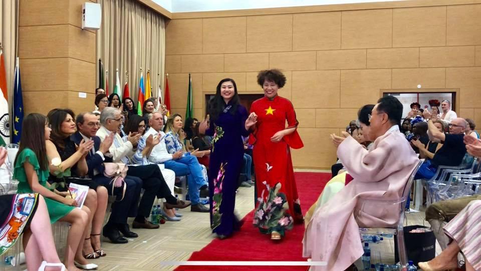 Tự hào áo dài Việt Nam trong ngày hội Di sản Văn hóa quốc tế tại Nam Phi
