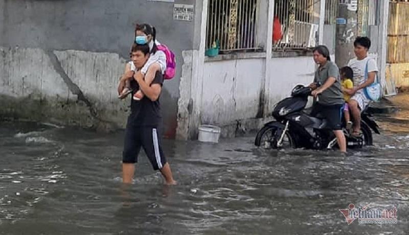 Triều cường vỡ bờ bao 30m, nước bủa vây khu dân cư ở Sài Gòn