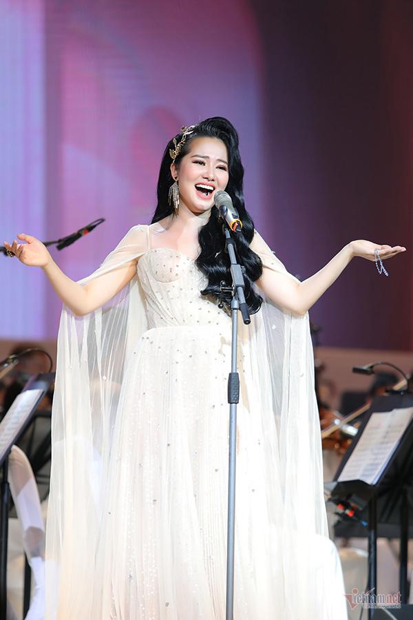 Ngỡ ngàng với concert của Phạm Thuỳ Dung