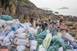 Da Nang: Youngsters join hand to collect trash on the beach
