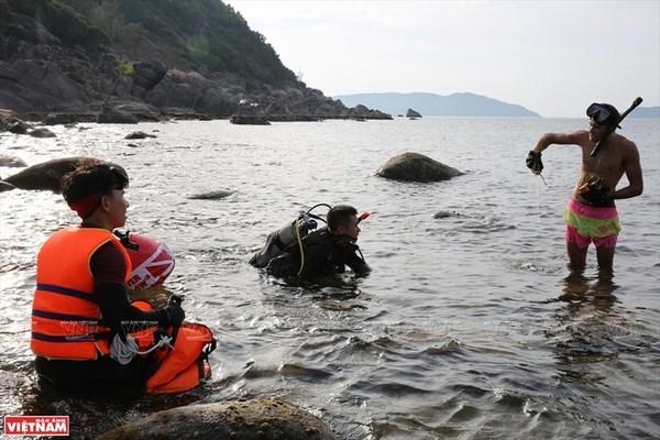 collect trash,da nang,da den beach,son tra peninsular,Vietnam environment