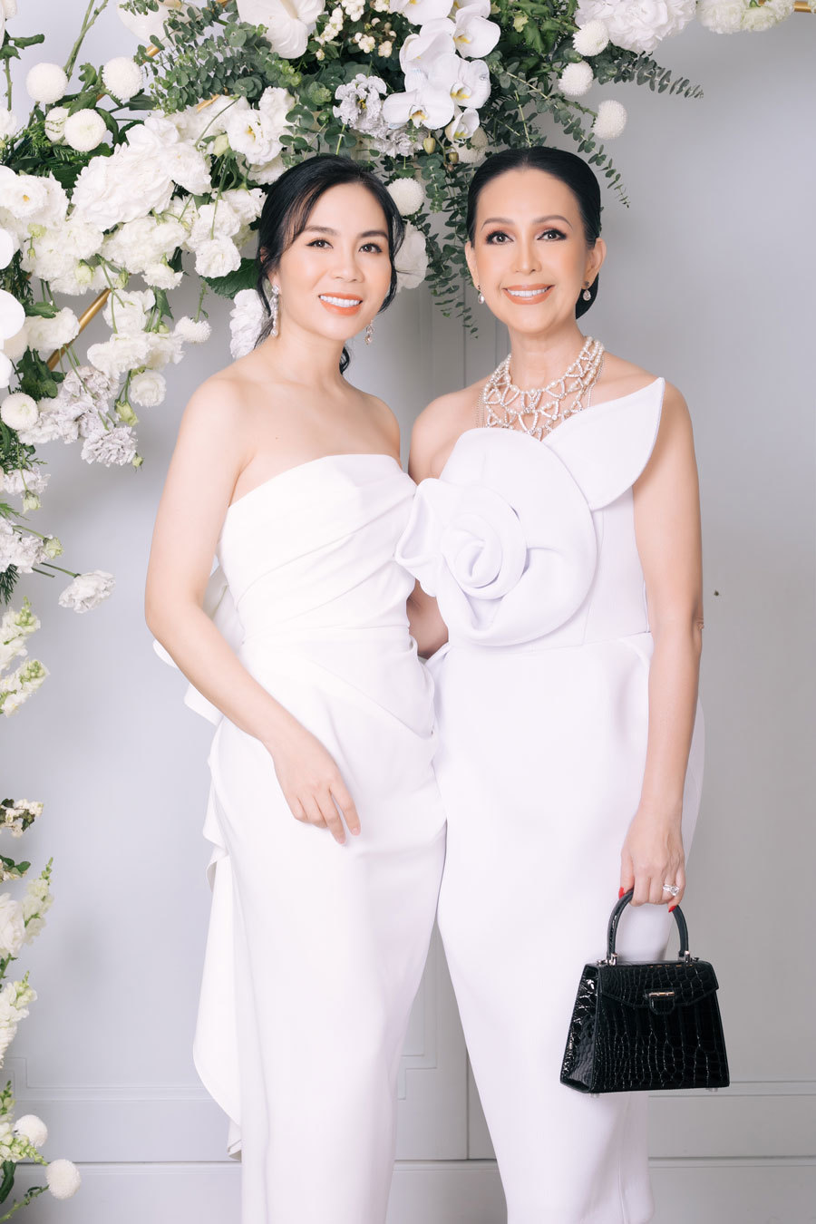 Diễm My hôn chồng Việt kiều say đắm nhân kỷ niệm 25 năm cưới