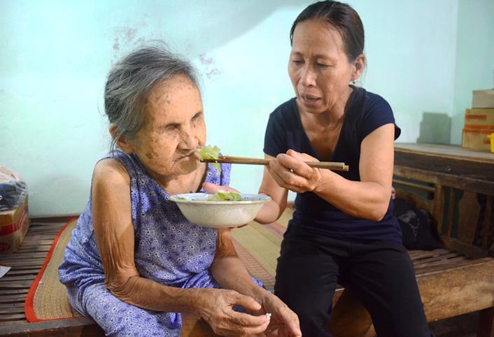 'Nhận cụ bà mù lòa về phụng dưỡng, người ta nói tôi bị điên'