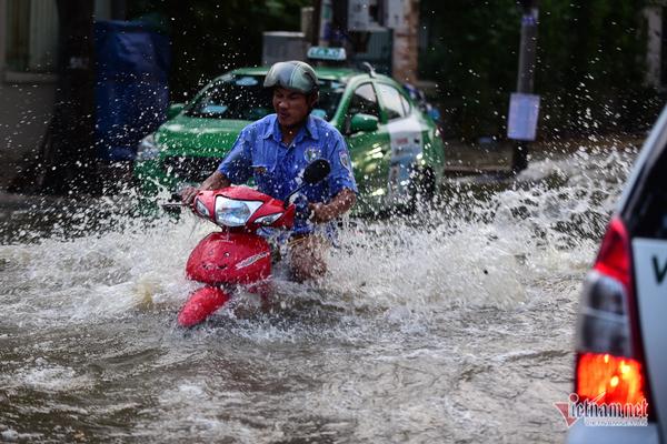 Đỉnh triều cường ở Sài Gòn chiều nay cao lịch sử