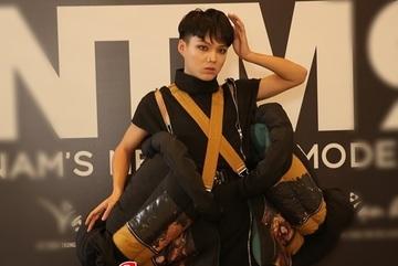 'Thánh chửi' Mèo Thoại mặc áo bông 'chặt chém' dàn thí sinh thảm họa Vietnam's Next Top Model