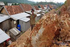 Dân ngập lụt ở Quảng Bình được di dời... lên vùng sạt lở