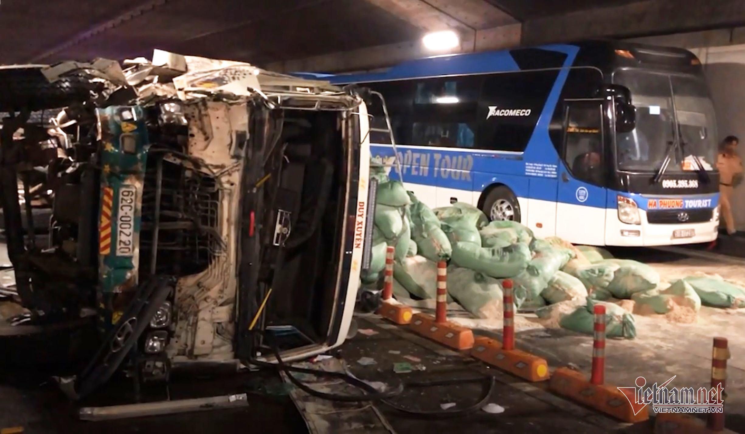 Video phút xe tải tông xe khách, đâm vách tường hầm Thủ Thiêm