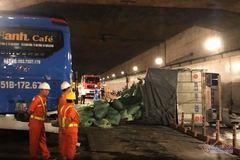 Xe tải 'đại náo' hầm Thủ Thiêm, phong tỏa giao thông 7 tiếng
