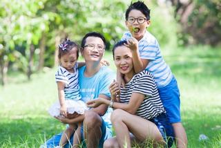 Hoàng Bách hào hứng huấn luyện cầu thủ nhí khi vợ vừa sinh con thứ 3