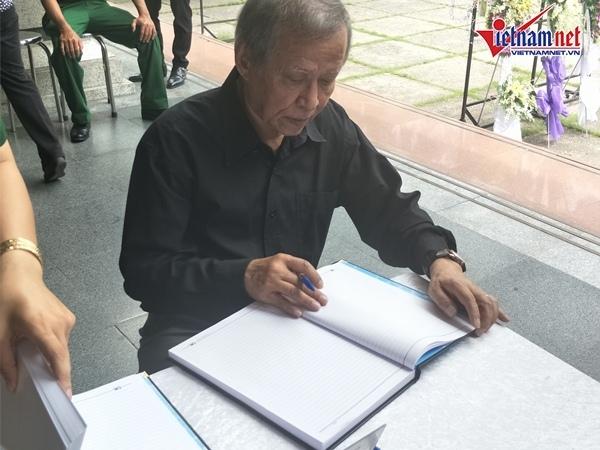 Diễn viên Mạnh Dung, Trung Anh đến viếng NSND Thế Anh