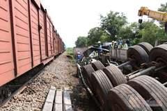 Tàu hỏa hất tung xe container cố vượt đường ray, trăm hành khách khiếp vía