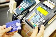 Nhân viên nhà hàng dùng thẻ tín dụng của khách để mua hàng online