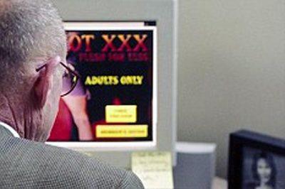 Xem phim khiêu dâm một mình, cụ ông đột tử