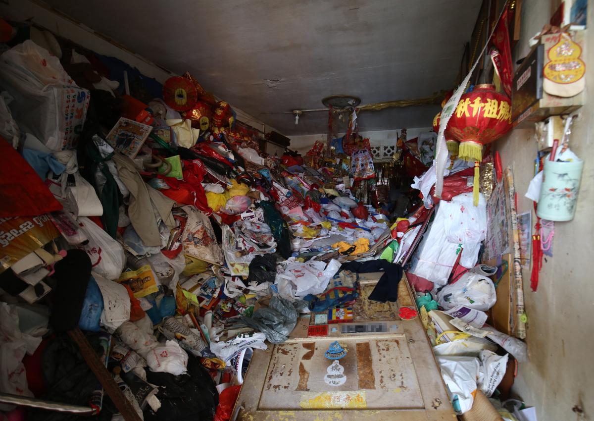 Phát hiện thi thể cụ ông trong căn hộ ngập rác