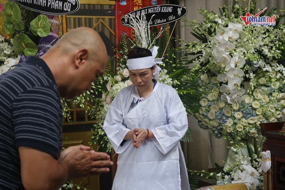 Vợ con cố nén khóc trong lễ viếng nhạc sĩ Xuân Hiếu
