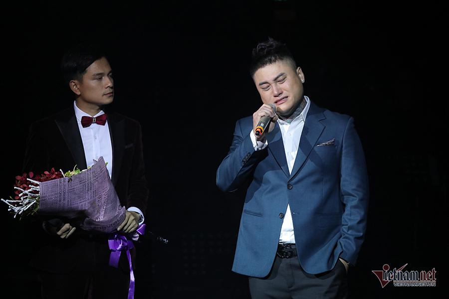 Vũ Duy Khánh khóc không ngớt trong liveshow riêng