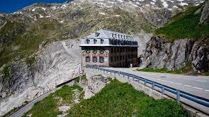 Khách sạn 4 mặt tiền bỏ hoang đẹp hùng vĩ trên núi
