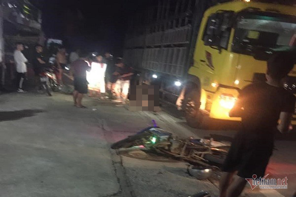 Tông vào xe tải đỗ bên đường, 3 người họ hàng ở Hà Tĩnh tử vong