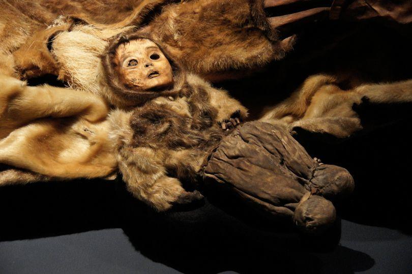 Xác ướp cả gia đình còn vẹn nguyên đáng kinh ngạc sau 500 năm