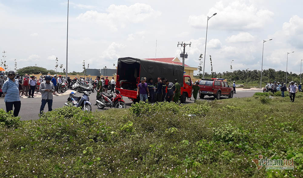 Xe Mercedes nằm dưới kênh ở Tiền Giang, 3 người chết bên trong