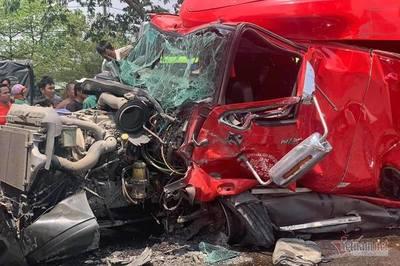 Cuộn sắt đứt xích lăn đè bẹp cabin xe container, tài xế tử nạn