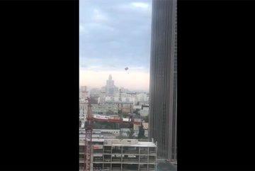 Xem người liều lĩnh nhảy dù từ nóc cao ốc chọc trời Moscow