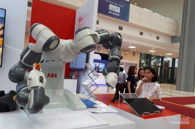 Nhà máy thông minh robot thay thế người, nói vậy thôi nhưng còn rất xa