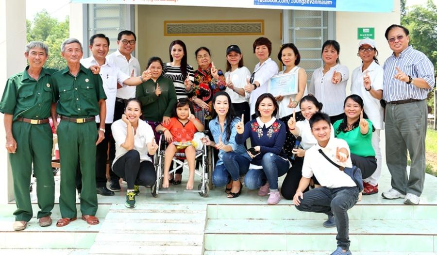 Trịnh Kim Chi vượt trăm cây số tặng nhà cho em bé sống trong chuồng bò