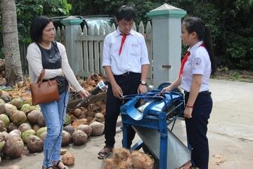 Máy bóc vỏ dừa 2 triệu đồng của hai học sinh lớp 8
