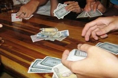 Nhiều sinh viên bị kỷ luật vì đánh bài trong trường